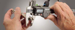Imagem representa um técnico manuseando um paquímetro, representando a importância dos critérios de aceitação.