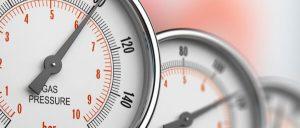 Imagem de instrumentos de medição em foco, simbolizando a importância da definição da periodicidade da calibração.