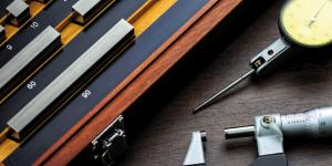Imagem de instrumentos de medição usados nos processos, simbolizando a ligação entre metrologia e qualidade.