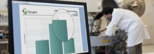 Imagem de um notebook e uma pessoa no fundo. Essa imagem simboliza o artigo sobre mitigação de riscos em laboratórios.
